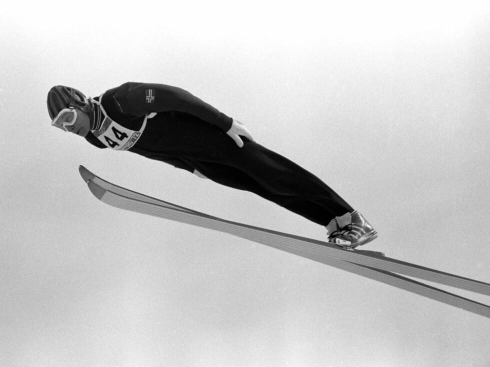 FLOTT STIL Ingolf Mork  i aksjon i normal bakke under OL i Sapporo. Mork ble nr. fire i 70-metersbakken.  Foto: SCANPIX