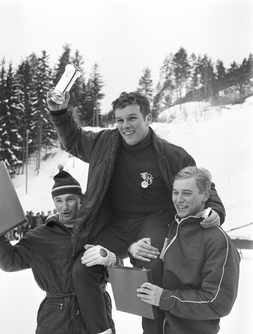 GODE VENNER: Bjørn Wirkola sier han tok nyheten om Ingolf Morks bortgang svært tungt. Hær bærer Wirkola og Mork (t.h) på Erling Stranden etter at han gikk til topps i NM i stor bakke i 1969.  Foto: Scanpix
