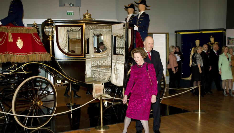 PÅ ØNSKELISTEN: Kong Harald og dronning Sonja under omvisningen i Kunstindustrimuseet i anledning regjeringens gave i forbindelse med deres 75-årsdager. Men det er flere jubileum dronningen ønskes til. Foto: Scanpix