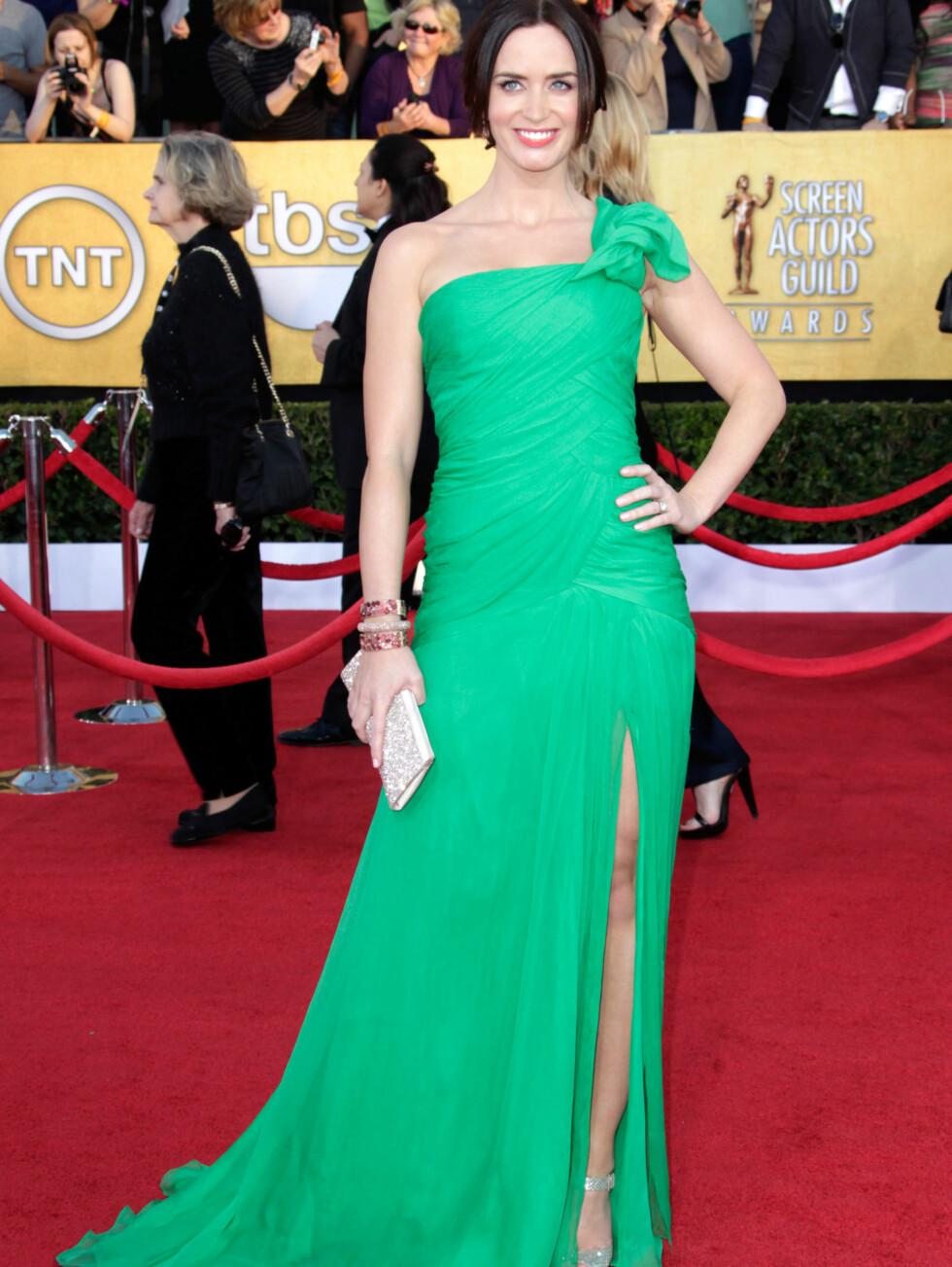 """SKJØNT MED GRØNT: """"Irrisistible""""-stjernen Emily Blunt (28) sikret seg mange nye fans da hun dukket opp på den røde løperen i denne nydelige grønne kjolen fra Oscar de la Renta. Hun komplimenterte looken med smykker fra Lorraine Schwartz, Foto: All Over Press"""