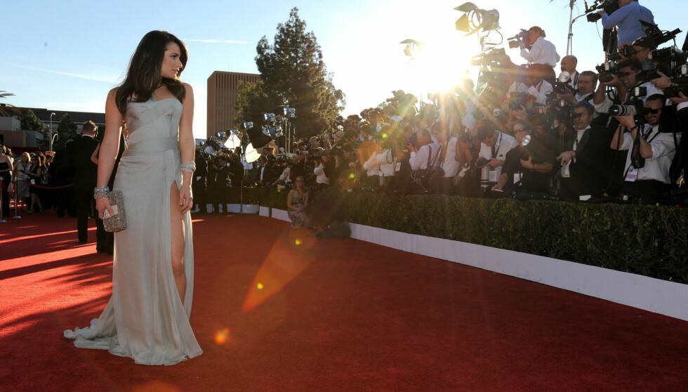 BLIKKFANG: Lea Michele badet i blitzregn da hun ankon den røde løperen under helgens SAG-Awards i Hollywood. Foto: All Over Press