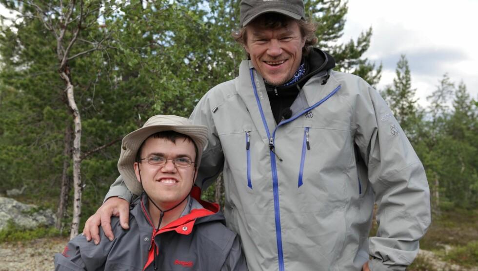FORLATT AV FAREN: Fredrik Alden Thorsen har ikke snakket med faren sin på 20 år. Her er han sammen med Lars Monsen under innspillingen av «Ingen Grenser».  Foto: Håvard Jenssen/Mastiff