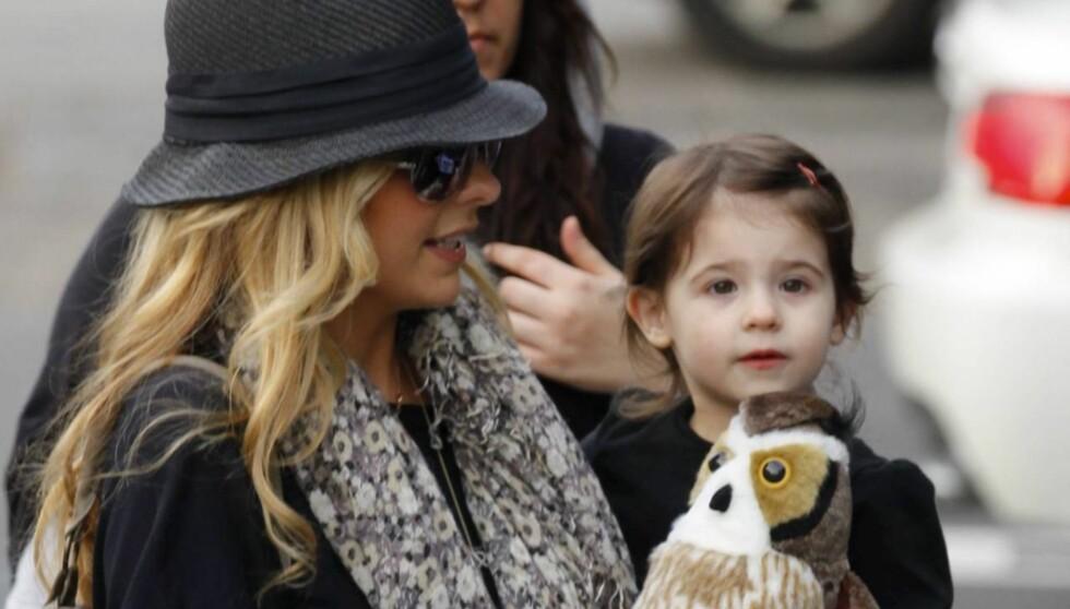 HJALP MAMMA: Sarah Michelle Gellars to år gamle datter Charlotte plukket ut kjolen Gellar hadde på seg på prisutdelingen Golden Globe.  Foto: All Over Press