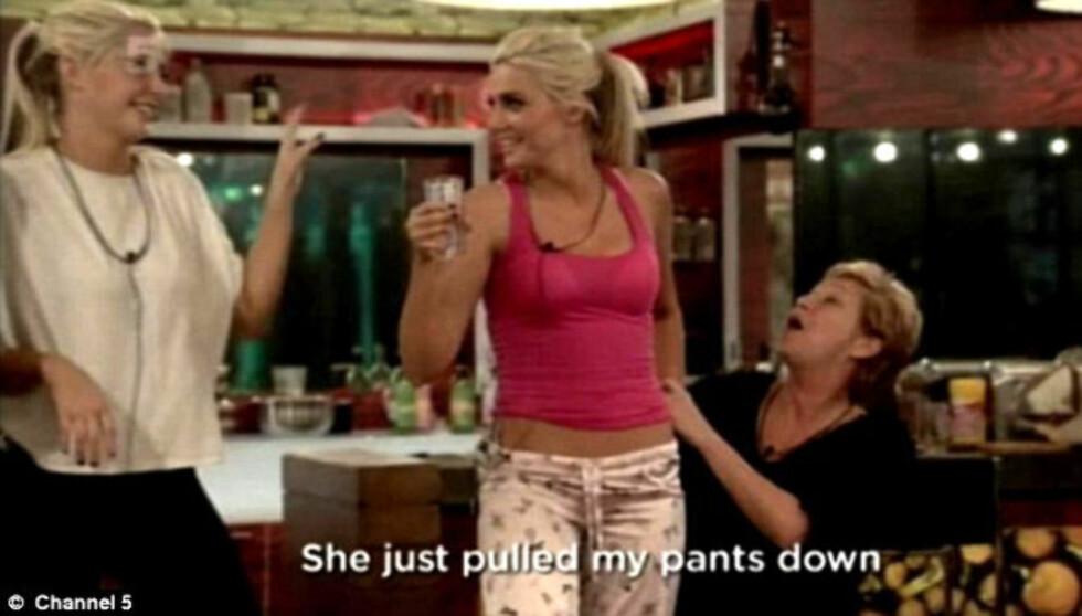 BLE FORBANNET: Playboymodellen Karissa Shannon reagerte med sinne da skuespilleren Denise Welch dro ned pyjamas-buksen hennes uten forvarsel foran TV-kameraene i realityprogrammet «Celebrity Big Brother». Foto: ©  Channel 5