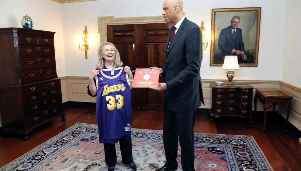 HØY: Hillary Clinton ser bitteliten ut ved siden av den 218 cm høye amerikaneren Kareem Abdul-Jabbar. Foto: Stella Pictures