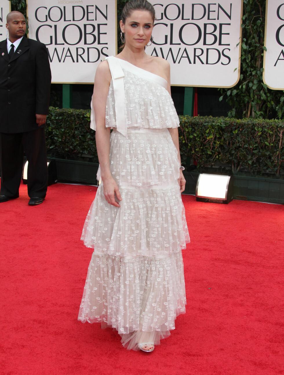ROMANTISK: Amanda Peet valgte en hvit kjole i romantisk blondestil.  Foto: Stella Pictures
