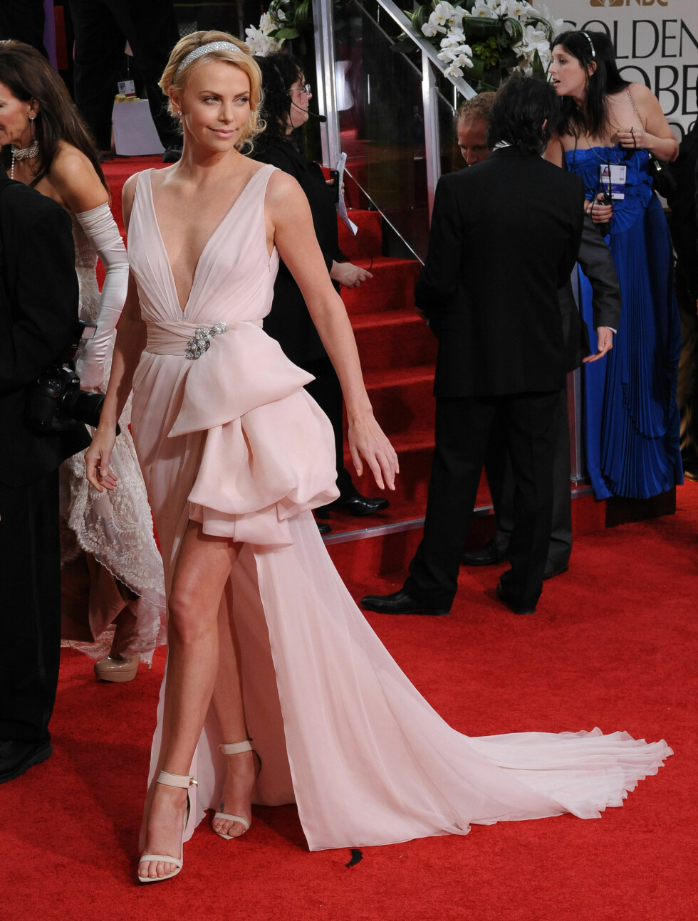 SØT I DIOR: Skuespiller Charlize Theron valgte en pudderrosa kjole fra Dior med dristig splitt opp til låret.  Foto: Fame Flynet Norway