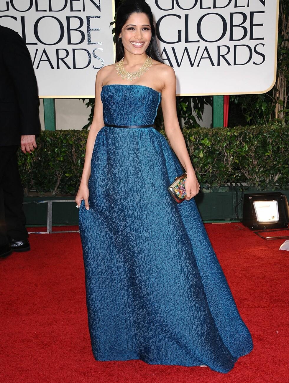 """BLÅ: """"Slumdog Millionaire""""-stjernen Freida Pinto valgte en himmelblå kjole med sort belte i livet.  Foto: Stella Pictures"""