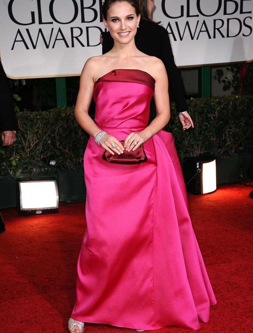 """FEMININ: """"Black Swan""""-stjernen Natalie Portman var med denne sjokkrosa kjolen en av de få stjernene som valgte en fargesterk kreasjon.  Foto: Stella Pictures"""