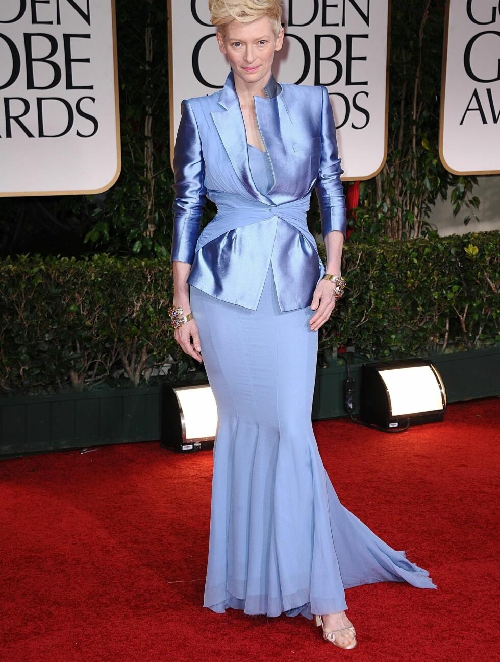 ISBLÅTT: Tilda Swinton kom i en isblå kjole med matchende jakke.  Foto: Stella Pictures