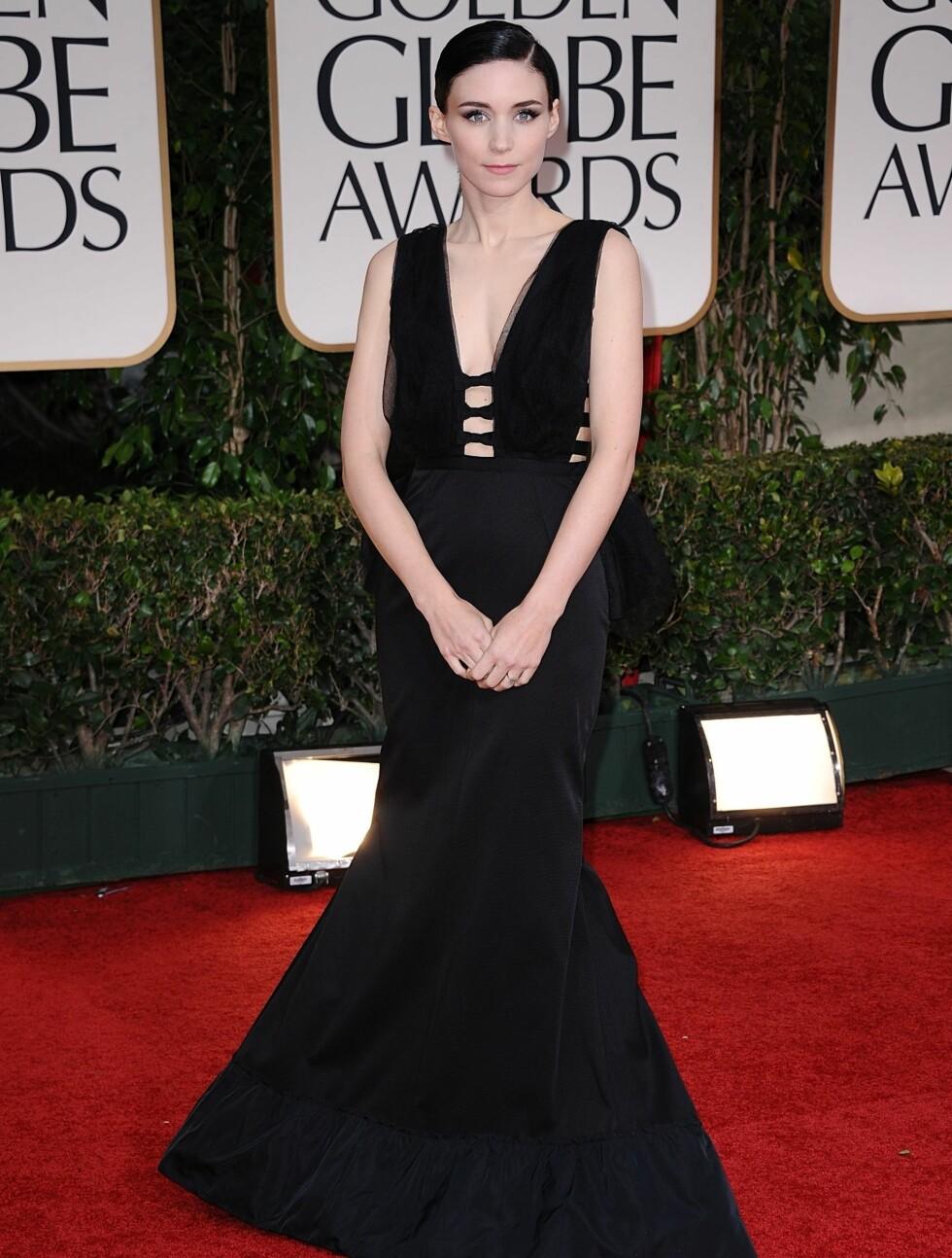 """SORT: Rooney Mara spiller Lisbeth Salander i """"The Girl with the Dragon Tattoo"""". På Golden Globe kom hun i en sort kjole med dyp utrigning.  Foto: Stella Pictures"""
