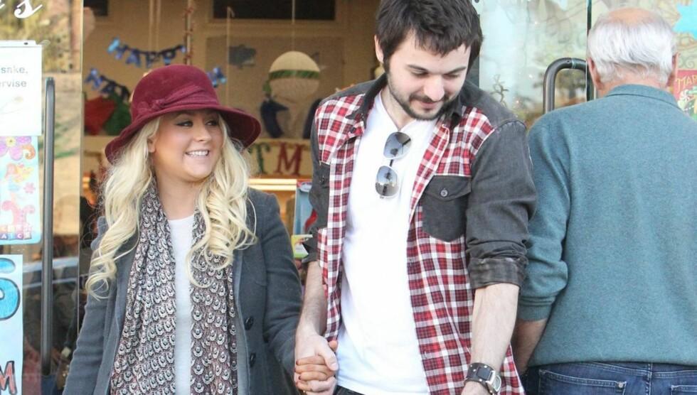 SHOPPING: En glad Christina Aguilera var på shopping med kjæresten Matt Rutler forrige måned. Foto: All Over Press