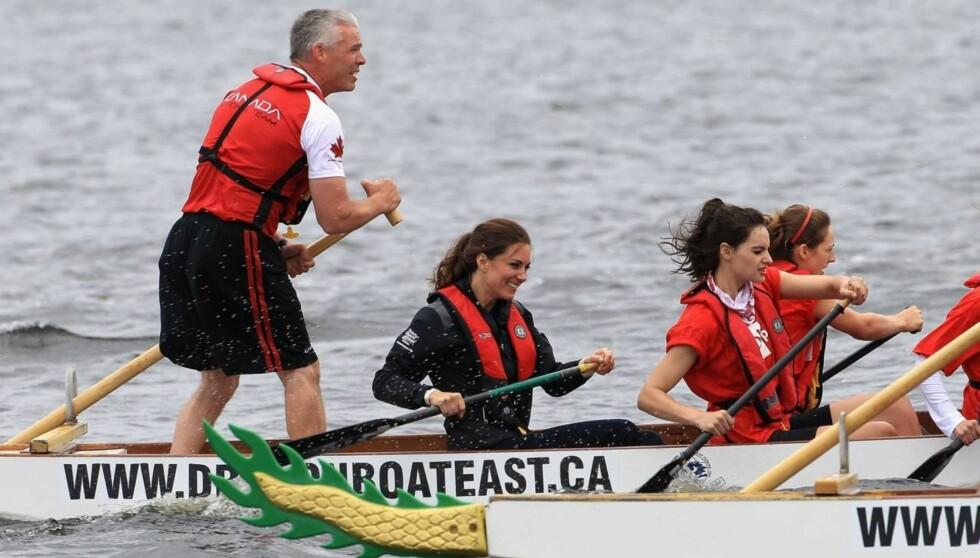 TRENER UTE: Hertuginne Kate liker ikke å slanke seg, men trener gjerne utendørs. Her ror hun under et kappløp i Canada.  Foto: All Over Press