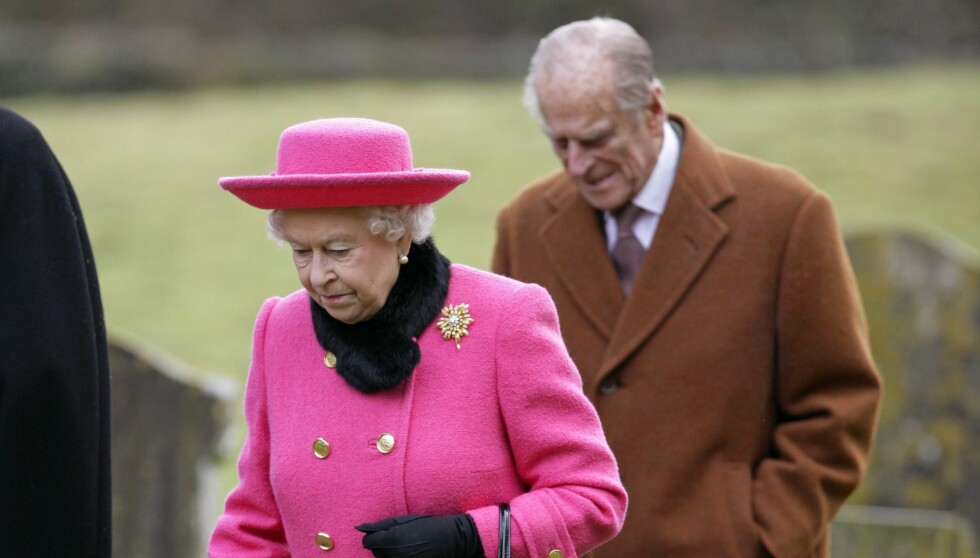 <strong>HYLLER BESTEFAR:</strong> Prins Harry hyller prins Philip for at han alltid er et steg bak og passer på dronning Elizabeth. Foto: All Over Press