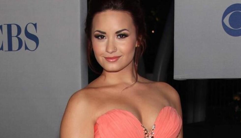 <strong>DRISTIG KJOLE:</strong> Demi Lovato satte alle andre i skyggen da hun ankom «People&#8217;s Choice Award» i en dristig kjole fra Marchesa.  Foto: All Over Press