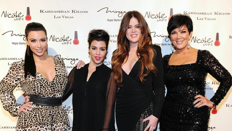 SUKSESS-SØSTRE: Søstrene Kim (t.v), Kourtney og Khloe Kardashian har sammen med sin mor, Kris Jenner, tjent gode penger på et liv i rampelyset. Foto: All Over Press