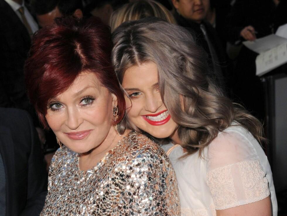 HVEM ER HVEM: Kelly ble med som mamma Sharon Osbournes date under gårsdagens People's Choice Awards i Los Angeles. Men med Sharons fyrige rød hår var det ikke enkelt å se hvem som var eldst av de to.  Foto: All Over Press