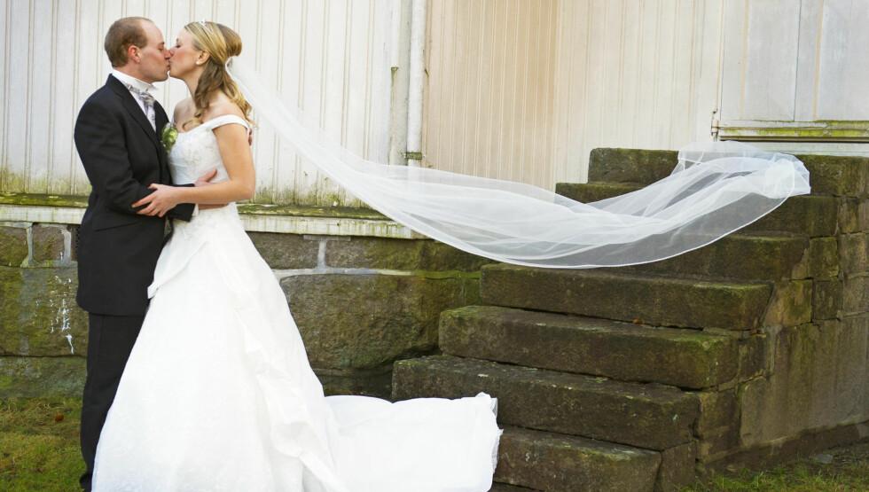 LYKKEDAG: Jakten-paret Åge Andre og Ragnhild Eppeland giftet seg i Åmli kirke lille nyttårsaften. Foto: Anders Martinsen