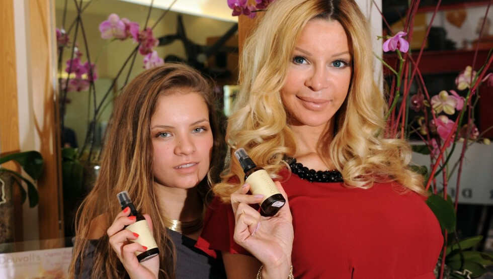 SKANDALEMODELL: Douvall, her sammen med datteren Georgia (16), har skjønnhetsoperert seg 50 ganger, og har innrømmet at hun er avhengig. Foto: All Over Press