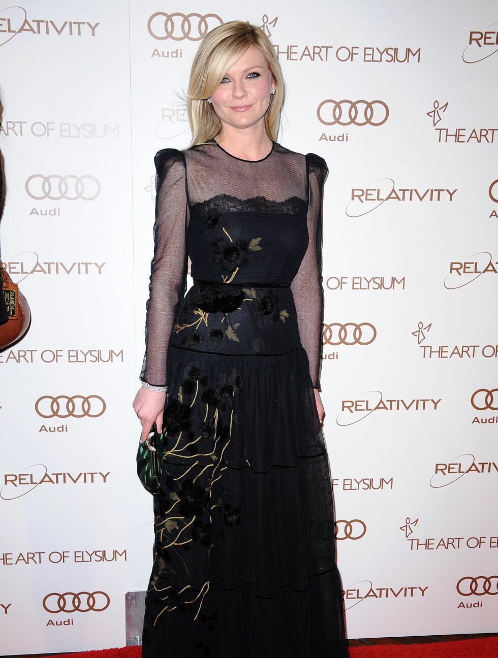 SORT: Kirsten Dunst (29) var tekkelig og vakker i en sort kjole med chiffon-ermer. Foto: Stella Pictures