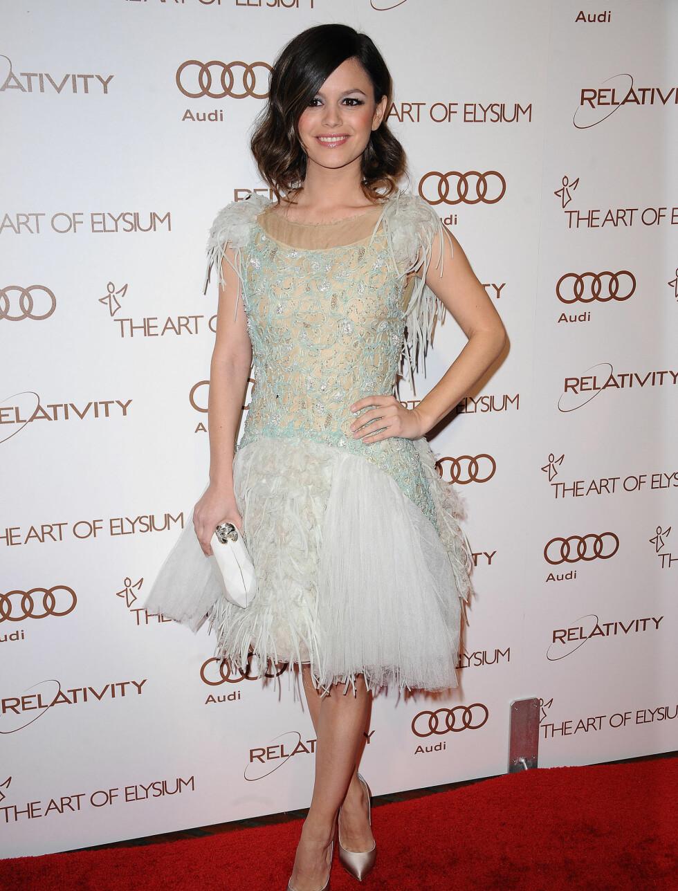 VAKKER: Rachel Bilson (30) var en av få som stilte i knekort kjole på den røde løperen. Til den vakre eventyrfe-aktige kjolen har Rachel gått for Chanel-klutch og Casadei-hæler. Foto: Stella Pictures