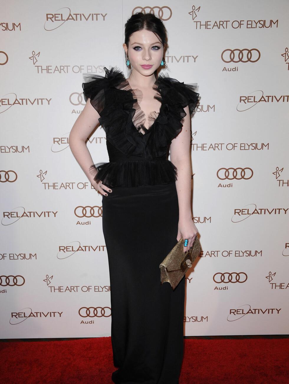 DEN LANGE, SORTE: Michelle Trachtenberg (26) stilte i en lang, svart kjole med turkise smykker til. Foto: Stella Pictures
