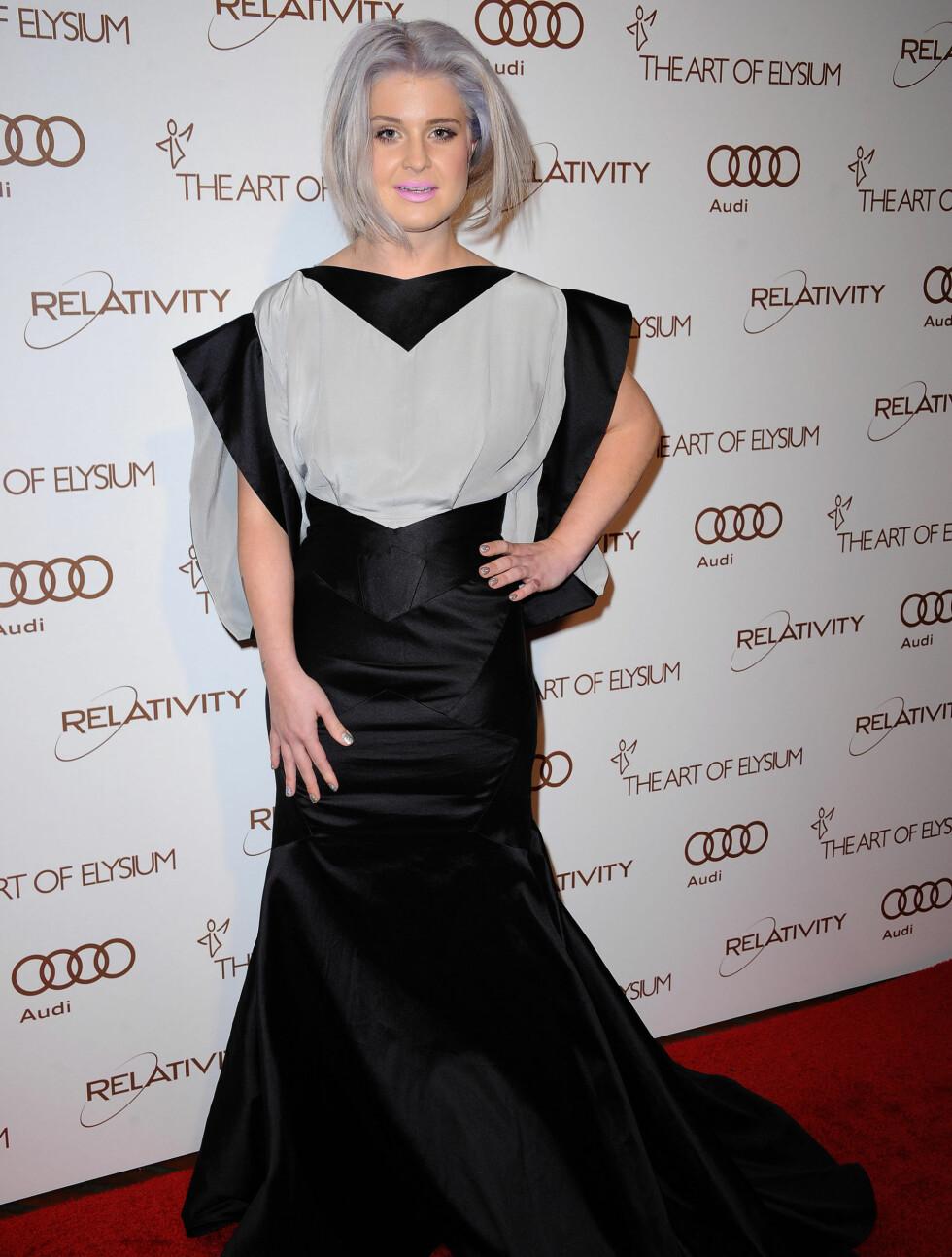 ALTERNATIVT2: Kelly Osbourne (27) viste frem sin nye - og grå - hårmanke på den røde løperen. Foto: Stella Pictures