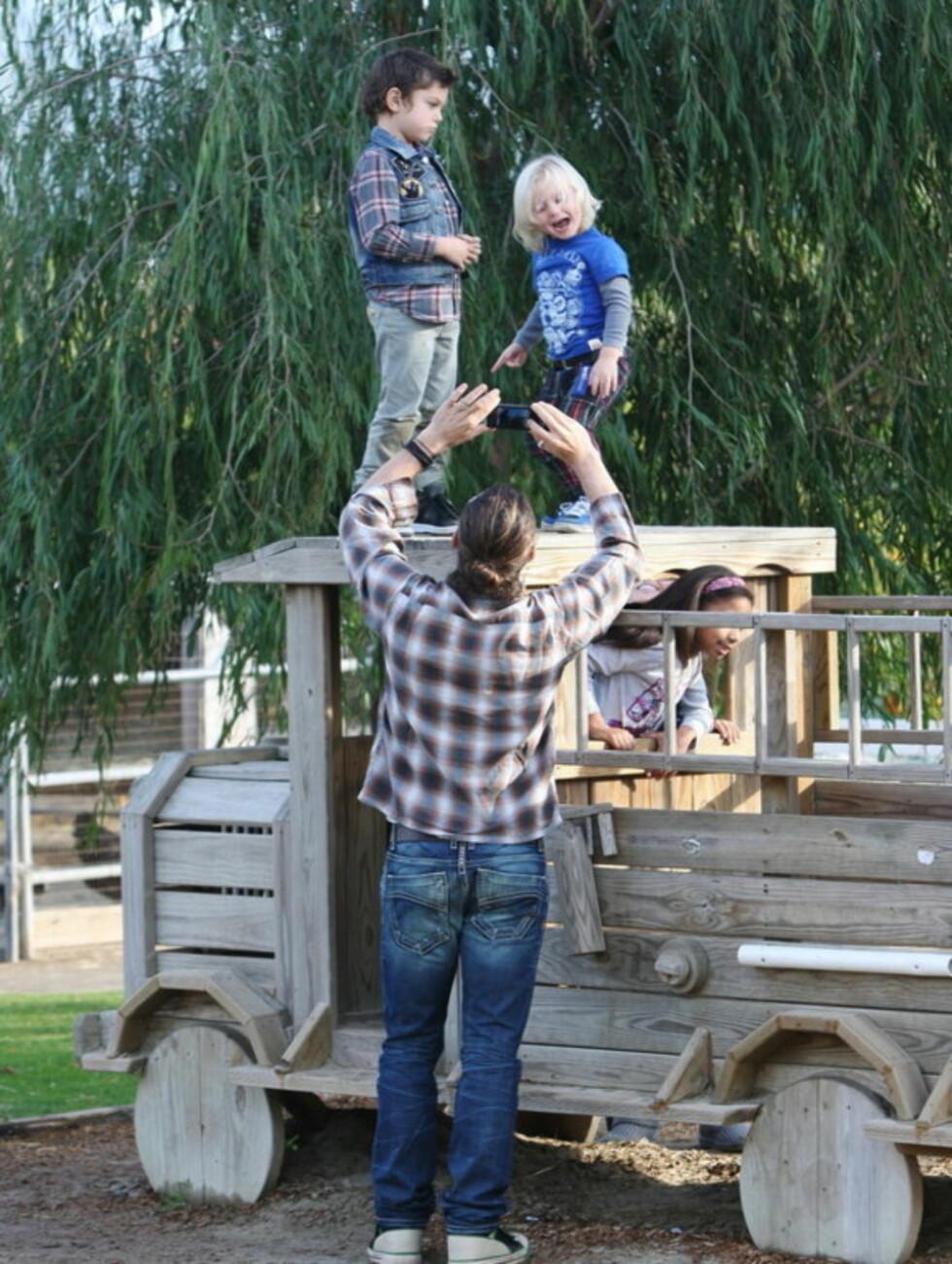 PÅ KLATRETUR: De to guttene syntes det var gøy å være høyere enn pappa Gavin. Foto: Stella Pictures