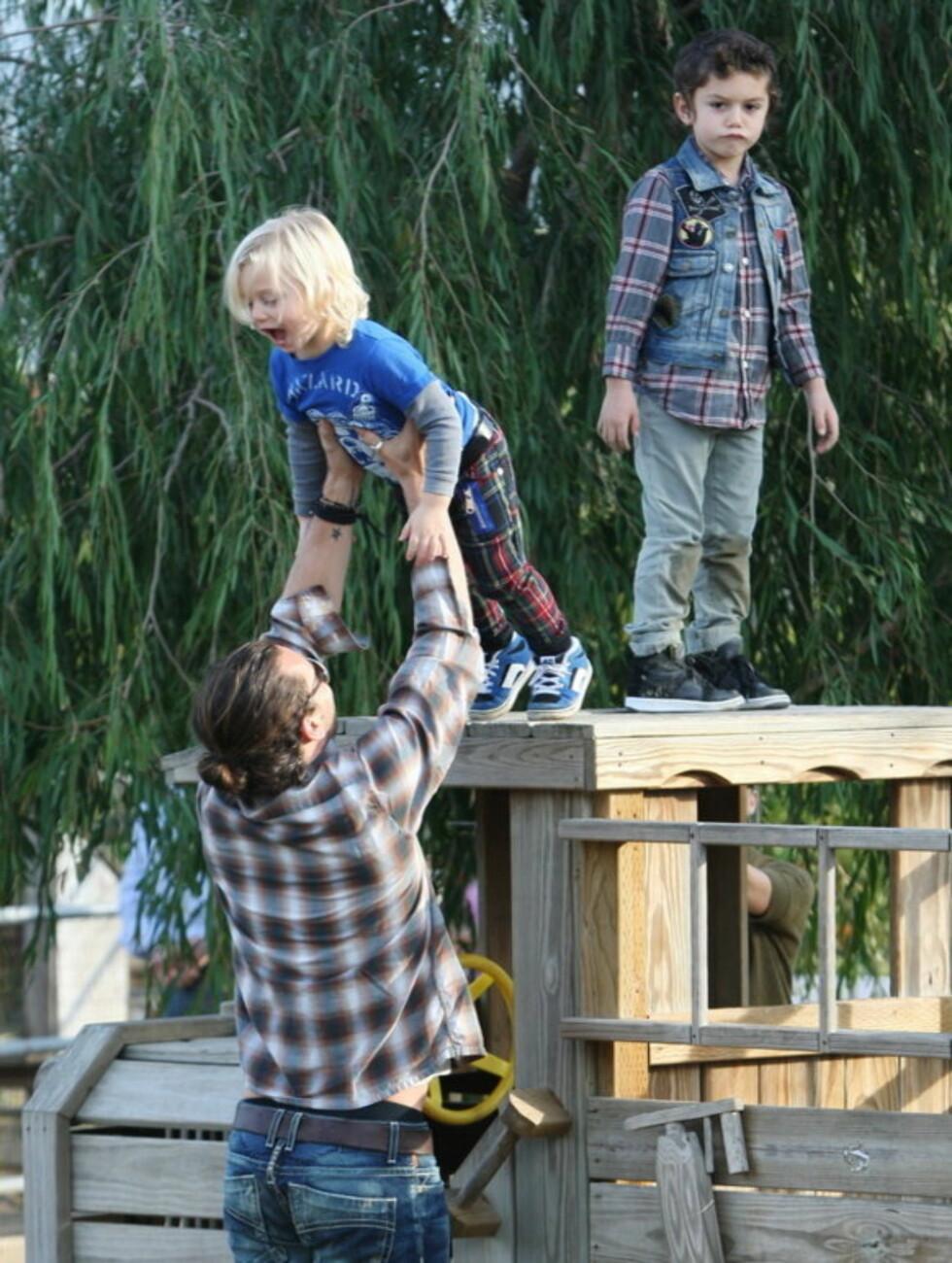 VARSKO HER: Da de skulle ned måtte de imidlertid få litt hjelp for å unngå å falle. Foto: Stella Pictures