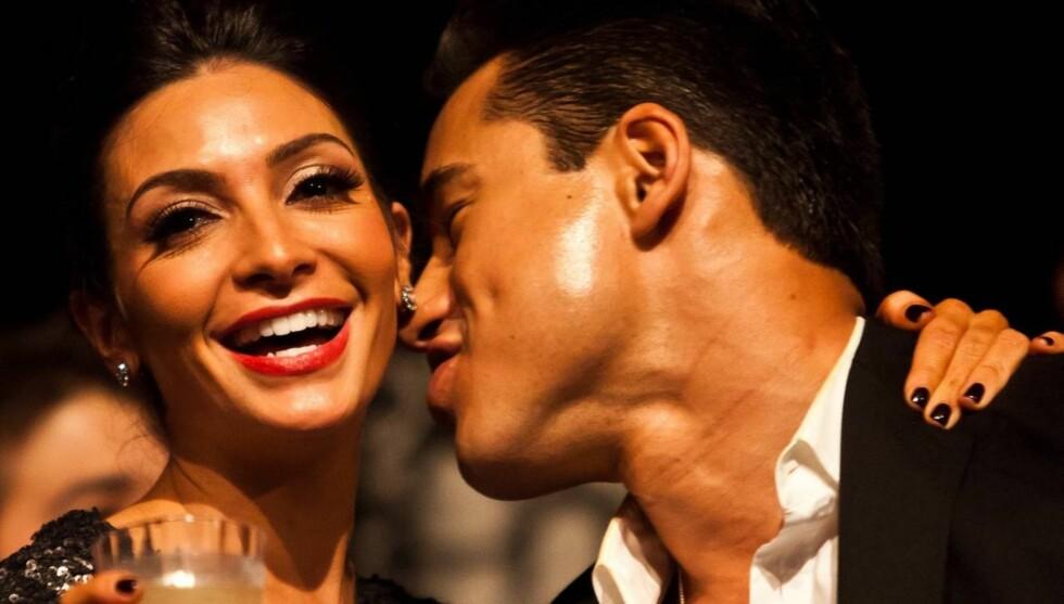 FORLOVET: Dette bildet er tatt bare noen timer etter forlovelsen mellom Mario Lopez og Courtney Mazza. De feiret nyttårsaften - og forlovelsen - på Hollywood & Highland Center i Hollywood. Foto: All Over Press