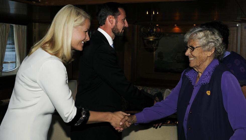 <strong>GJORDE INNTRYKK:</strong> Misjonæren Liv Kyllingstad Godin, som var 60 år i Kongo,  hilste på Kronprinsesse Mette-Marit under kronprinsparets fylkestur til Rogaland i 2009. Foto: SCANPIX
