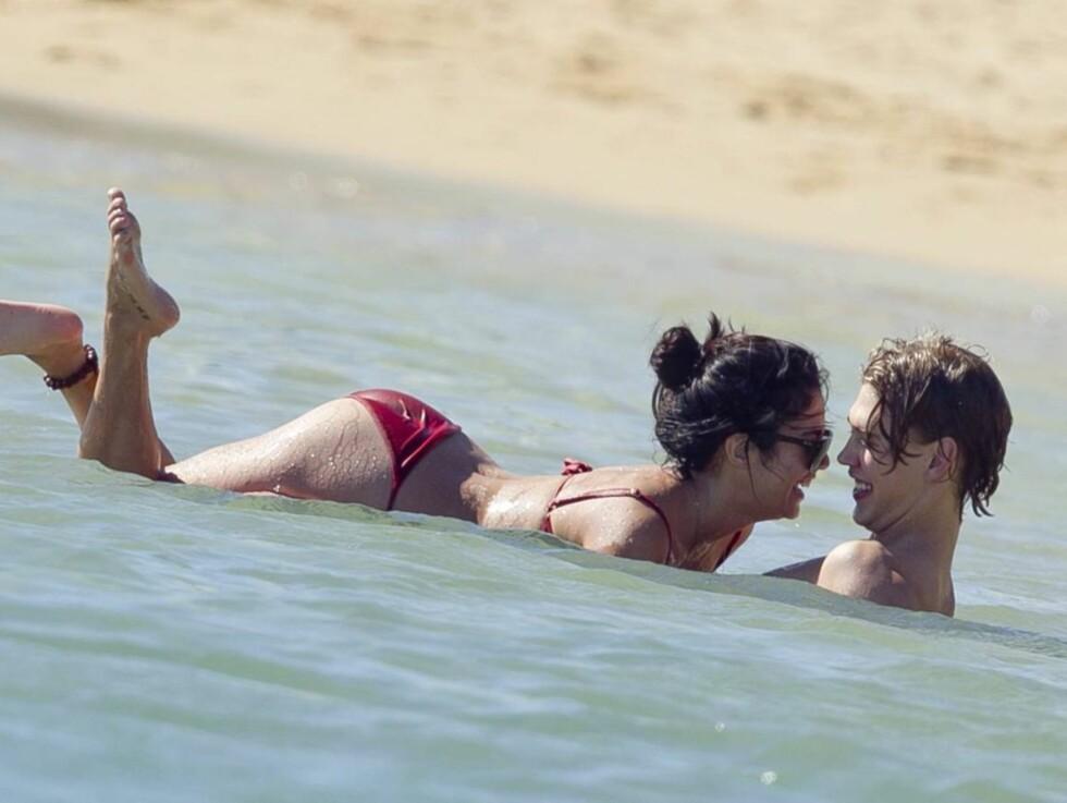 <strong>STRANDKOS:</strong> Austin Butler og Vanessa Hudgens nyter late dager på Hawaii. Foto: All Over Press