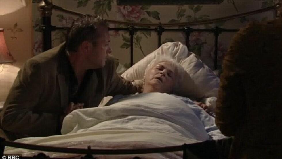 DØDE PÅ SKJERMEN: Etter 25 år i TV-serien «Eastenders» var det lørdag over og ut for Pam St. Clements rollefigur Pat Butcher. Det fikk mange briter til å ta til tårene. Foto: BBC