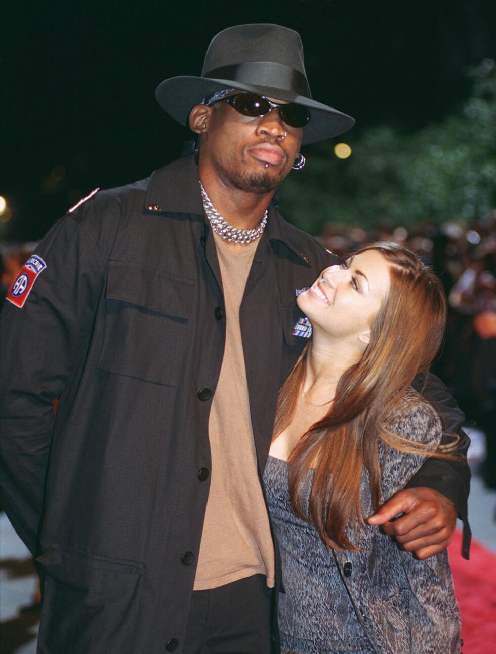 9 DAGER: Carmen Electra og Dennis Rodman ga hverandre sitt ja i Las Vegas i november 1998. - Jeg anbefaler ingen å gifte seg i Vegas, har hun sagt i ettertid. Foto: Stella Pictures