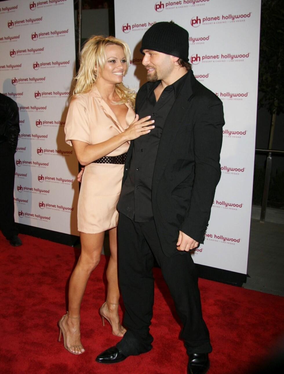 KORT: Pamela Anderson giftet seg med filmproduser og gambler Rick Salomon i 2008. Bedrageri var hovedgrunnen for den kortvarige affæren.  Foto: STELLA PICTURES