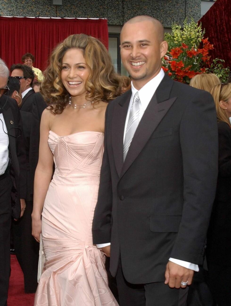 NESTEN ET ÅR: Jennifer Lopez var på starten av sin suksessfulle karriere, da hun i september 2001 giftet seg i en Valentino-kjole med sin egen danser Cris Judd. Paret levde lykkelig i hele åtte måneder, før bruddet var et faktum i juni 2002.