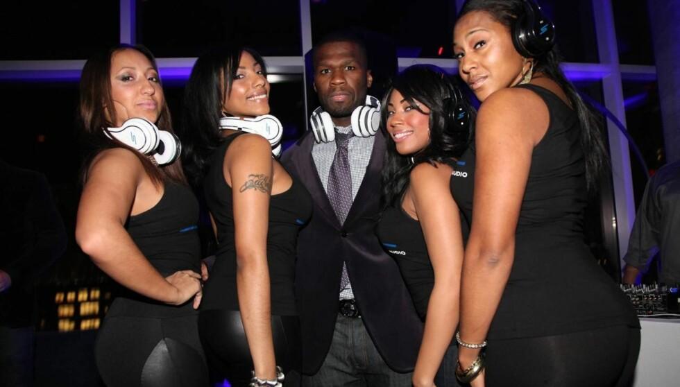 HIP-HOP STJERNE: 50 Cent er en av verdens største stjerner innen hip-hop og er vant til å omgi seg på kjendisfester med vakre damer. Likevel hinter han på Twitter om at han ikke er fornøyd med livet. Foto: All Over Press