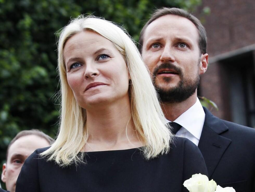 LEDET NASJONEN I SORG: Kronprins Haakon og kronprinsesse Mette-Marit var raskt ute med å støtte det norske folk gjennom den tunge tiden etter terroraksjonene i Oslo og på Utøya 22. juli. Foto: Scanpix