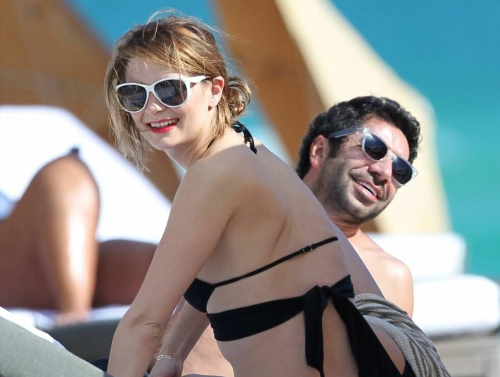 HET FLØRT PÅ BADESTRANDA: Mischa og hennes mannlige venn nøt glade dager på badestranda i Miami romjulen. Foto: All Over Press