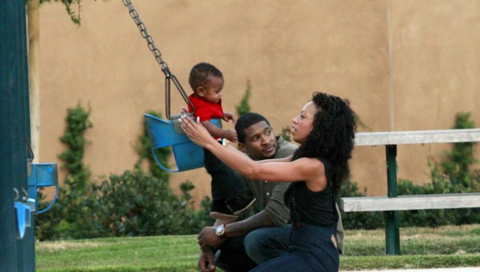 <strong>IDYLL:</strong> Livet smilte til R&B-stjernen da han og kona ble foreldre til sønnen Usher Raymond V i 2007. Året etter fikk paret sin andre sønn, Naviyd Ely Raymond. Foto: All Over Press
