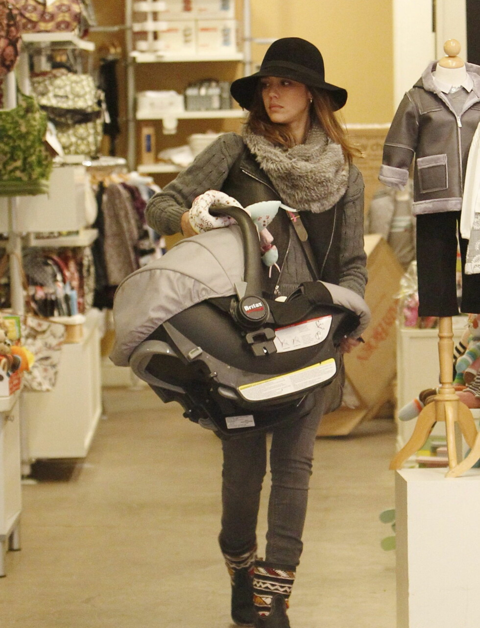 MED BABYEN PÅ SLEP: Jessica Alba hadde med seg datteren Haven til babybutikken Bel Bambini i Los Angeles.  Foto: All Over Press