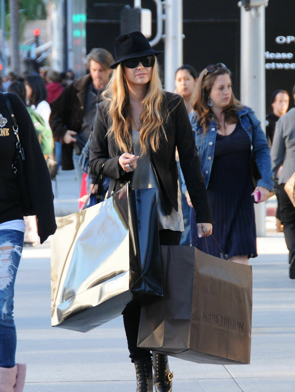 STORE POSER: Carmen Electra shopper i Beverly Hills.  Foto: Stella Pictures