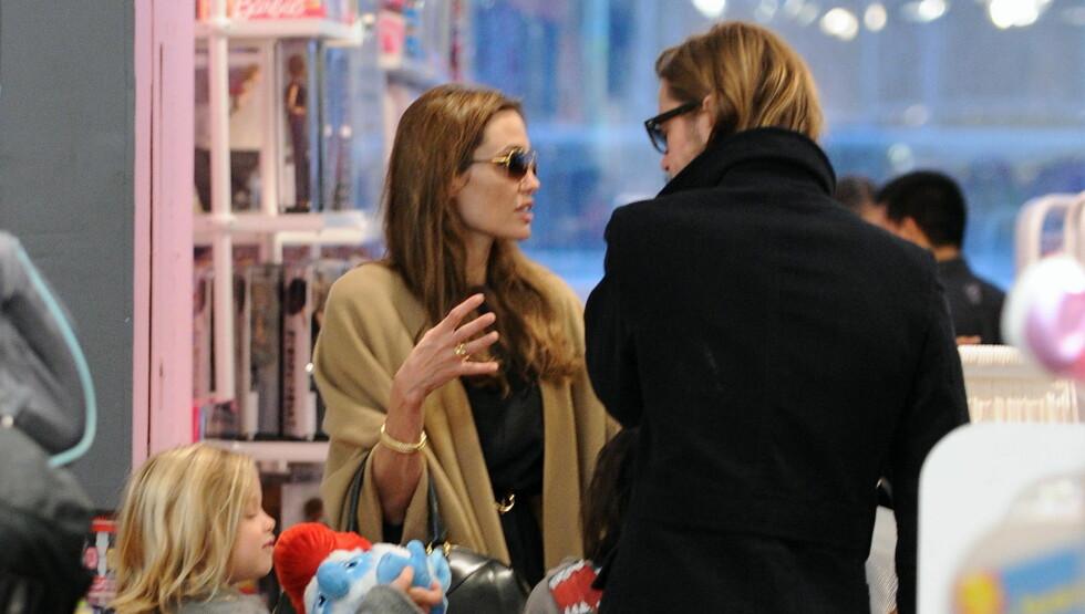 KJØR DEBATT: Superparet Angelina Jolie og Brad Pitt diskuterte heftig da de skulle gjøre unna julehandelen i New York.  Foto: All Over Press