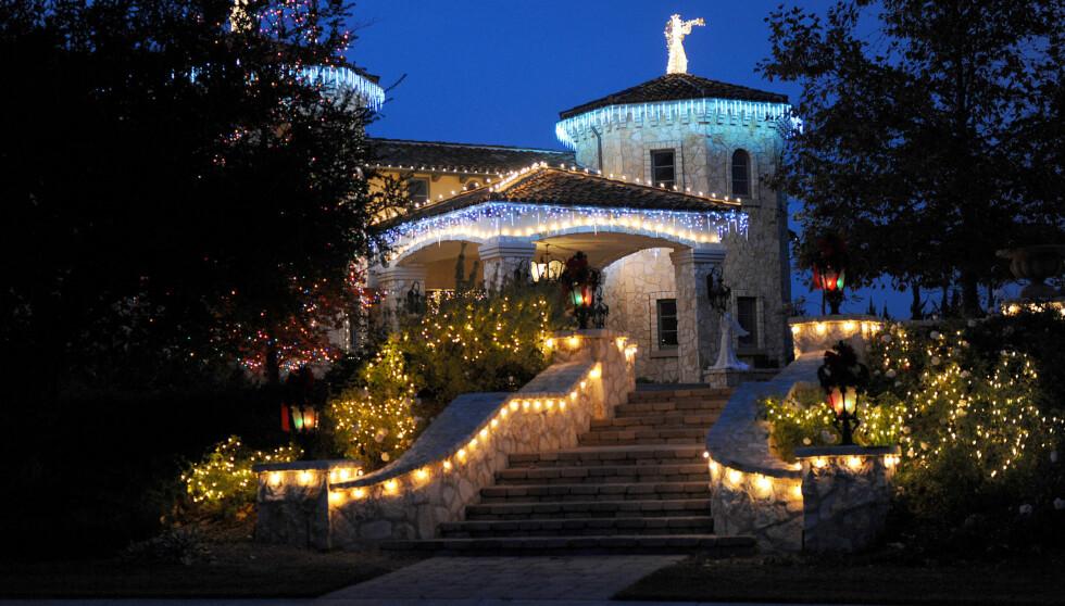 JULEHJEM Britney Spears har for vane å dekorere huset i lys til jul. Det har hun også gjort i år. Dette bildet er imidlertid fra i fjor.  Foto: All Over Press
