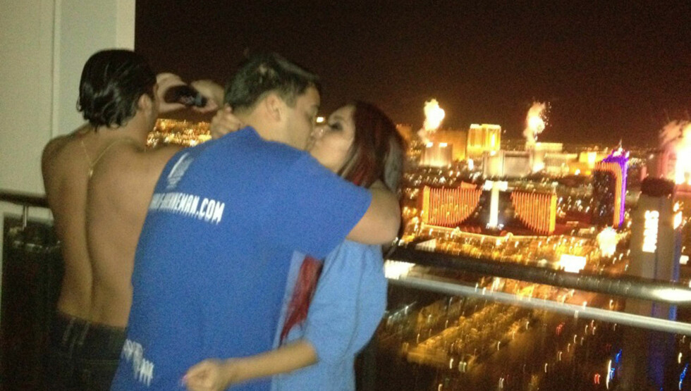 FORELSKET: Nicole Snooki Polizzi kysset det nye året inn med sin kjæreste Jionni LaValle, og la senere ut et bilde av det romantiske øyeblikket på twitter.  Foto: Stella Pictures