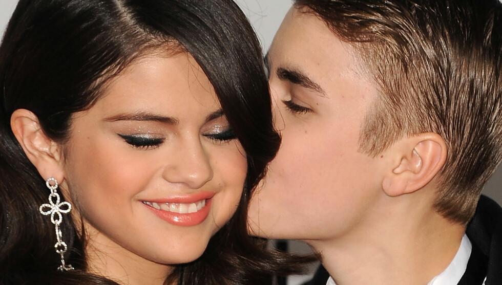 FORELSKET: Selena Gomez strålte av glede da popkjæresten Justin Bieber kysset henne på kinnet på den røde løperen tidligere i år.  Foto: All Over Press