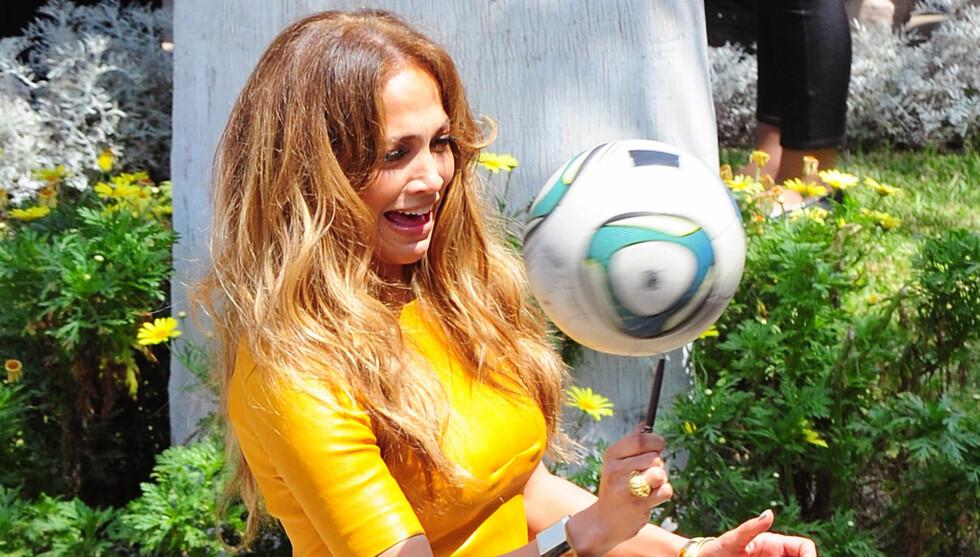 BEST UTEN BALL: Jennifer Lopez var ikke helt i sitt ess da hun prøvde å balansere en fotball på toppen av en penn.  Foto: All Over Press