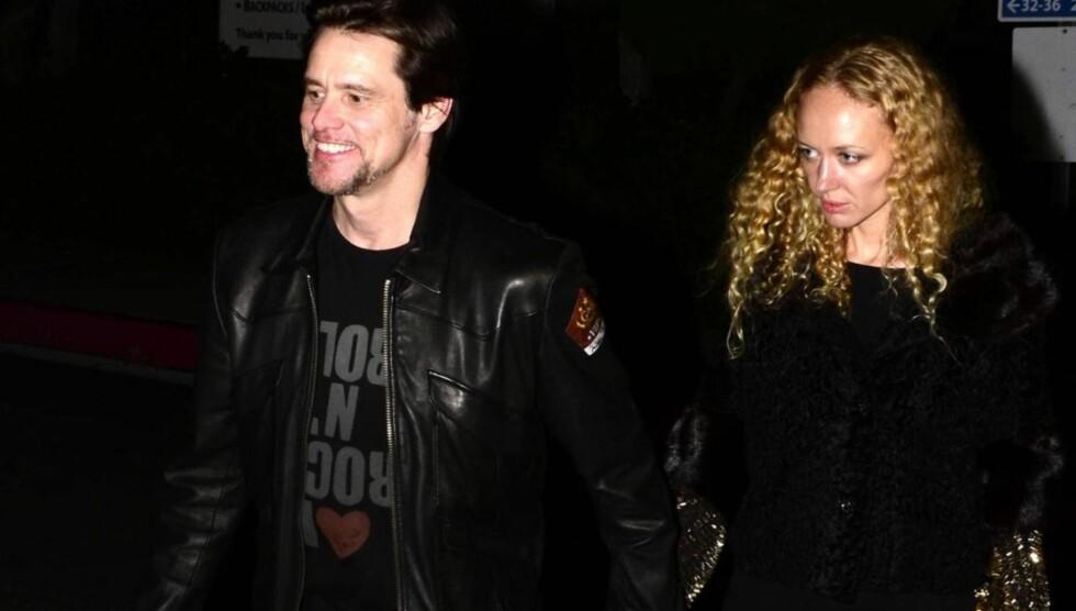 HÅND I HÅND: Jim Carrey kom på rockekonsert sammen med en ukjent blondine.  Foto: All Over Press