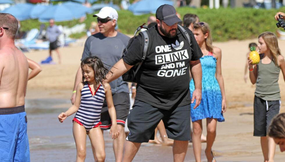 HAWAII MED SKJORTE: «Kongen av Queens»-stjernen Kevin James sammen med datteren på stranda på Hawaii.  Foto: All Over Press