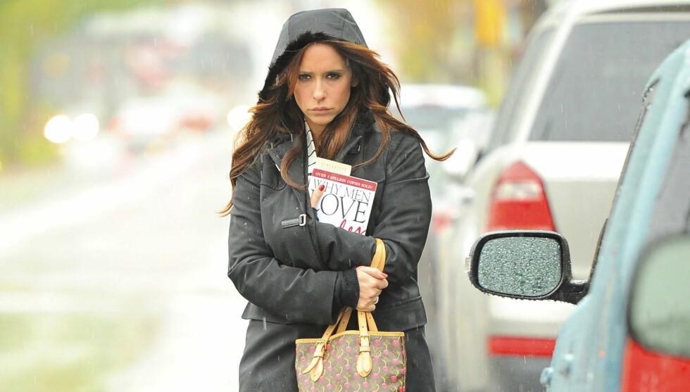MED BOK: Jennifer Love Hewitt tviholder på en romantisk selvhjelps-bok etter bruddet med kjæresten i november. Foto: All Over Press